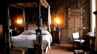 Самая старая кровать Британии: ей 400 лет, в ней спали 15 поколений. Посмотреть на нее можно в замке Беркли, что в Глостершире