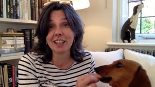 Helen Bailey junto a su perro.
