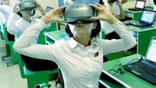 Crianças usando óculos de realidade virtual