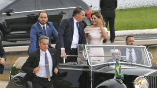 Carlos, Jair e Michelle Bolsonaro durante a posse presidencial