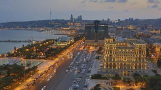 здание парламента в Баку и вид на набережную