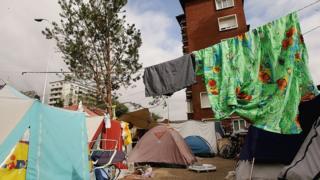 Plusieurs familles, avec des enfants, vivent dans des conditions précaires à Porte d'Aubervilliers.