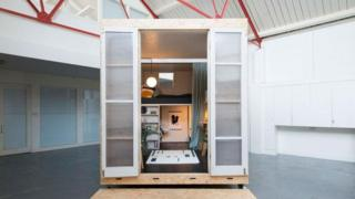 يعيش ريتشارد في وحدة أشبه بصندوق بمساحة تزيد قليلا عن 11 مترا مربعا
