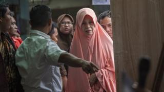 Pemilih mendapat instruksi dari petugas sebelum memilih di TPS di Jakarta, 15 Februari 2017.