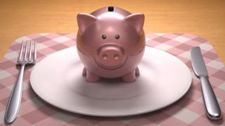 Свинья-копилка на тарелке
