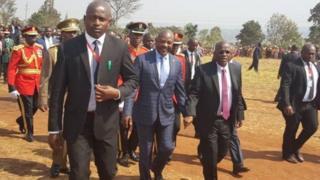Prezida Pierre Nkurunziza (uwa kabiri imbere i bubamfu) yakiriwe i Ngara na mugenzi we wa Tanzaniya John Magufuli (uwa kabiri i buryo)