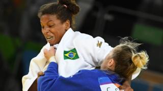 Rafaela Silva (de branco) luta com a romena Corina Caprioriu