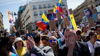 Venezolanos marchan en Madrid en abril de 2017.