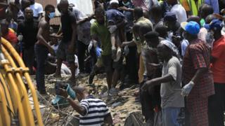 Rescuers don begin rescue di school children wey dey inside di building.