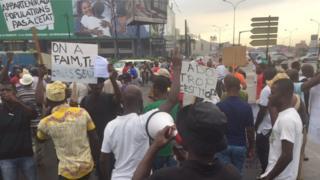 Des participants à la manifestation organisée ce vendredi 28 octobre, contre le projet de Constitution