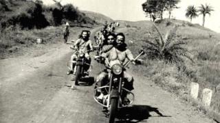 समोरच्या बाइकवर मागच्या सीटवर बसलेली शीला.