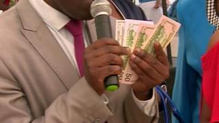 Les zimbabwéens peuvent offrir leurs cadeaux de mariage en payant avec leur carte de crédit