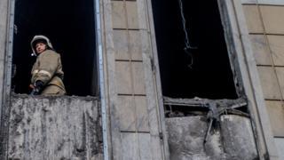 """Пожарный в окне сгоревшего ТЦ """"Зимняя вишня"""" в Кемерове"""