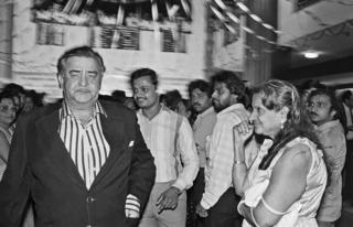 Actor Raj Kapoor at the premiere of Janbaaz while a fan gazes at him, 1986
