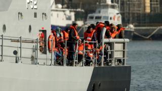 مجموعة من المهاجرين على قارب إنقاذ