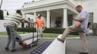 Рабочие разгружают ковровое покрытие в Белом доме