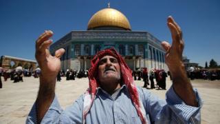 Палестинец молится на территории комплекса Храмовой горы