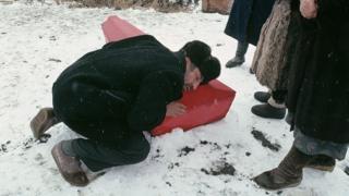 Ata 7 dekabr 1988-ci il zəlzələsi zamanı həlak olan oğlu ilə vidalaşır