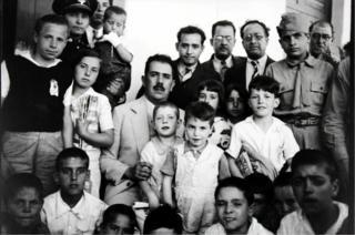 El presidente Lázaro Cárdenas con hijos de republicanos que fueron enviados para que no sufrieran la brutalidad de la guerra.