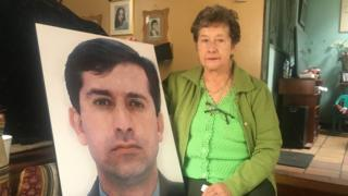 Lilia con una foto de su hijo