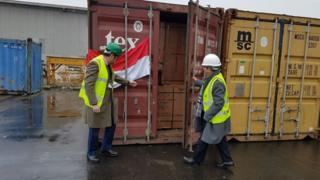 Plywood berlisensi Indonesia di pelabuhan Tilbury.