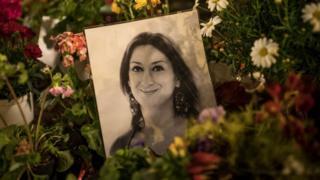 Цветы и портрет Каруаны Галиции
