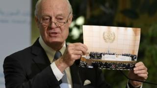 المبعوث الأممي إلى سوريا يعرض صورة لاجتماع ضمن محادثات جنيف