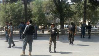 أفراد من قوات الأمن يراقبون مكان حدوث الانفجار