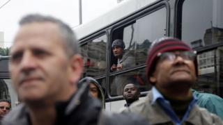 Pessoas com olhares de infelicidade durante protesto no viaduto do chá