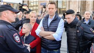 Алексей Навальный с семьей и полицейскими