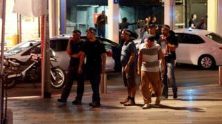 襲撃現場の「サロナ・マーケット」に到着したイスラエルの治安部隊(8日、テルアビブ)