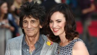 ロニー・ウッドさんと妻のサリーさん
