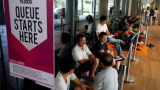 People queue for an iPhone in Singapore (16 Sept 2016)