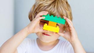 niño jugando con Lego