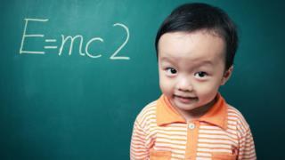 Un niño japonés junto a la ecuación de la teoría de la relatividad