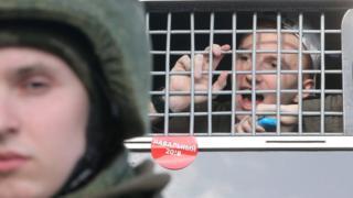 человек в окне автозака