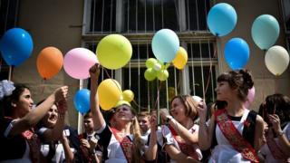 Школьники праздную выпускной