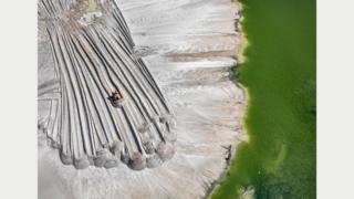 Отходы фосфора в водоеме #4, рядом с Лейклендом, Флорида, США, 2012 г. Фото Эдварда Буртинского (Flowers Gallery, London/Metivier Gallery, Toronto)