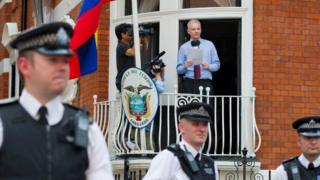 Assange Ekvador Büyükelçiliği balkonunda