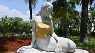 इंडोनेशिया में जलपरियों के वक्ष क्यों ढंके जा रहे हैं