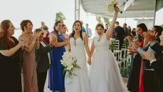 Adrieli e Anelize Nunes Shons durante casamento em Florianópolis, em dezembro do ano passado