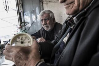 Saat tamircileri dükkanlarında çalışırken