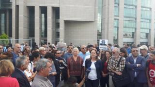 Gazetecilere destek vermeye gelenlerin basın toplantısı