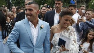 2016年12月22日,特维斯与妻子凡妮莎·曼西拉在婚礼后从教堂走出
