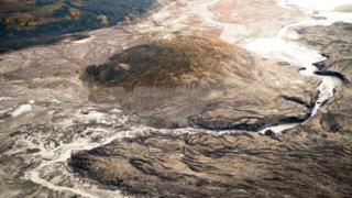Cauce creado por el agua de deshielo del glaciar Kaskawulsh