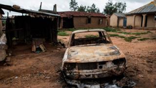 Un véhicule brulé dans le village de Nghar dans le centre-nord du Nigéria.