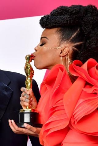 Hannah Beachler kissing her Oscar award