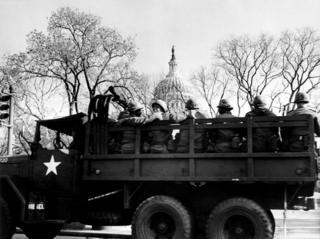 Soldados en un camión