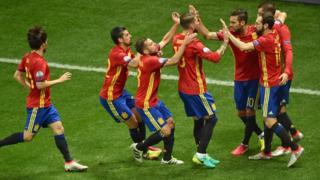 Jugadores de España celebran un gol.