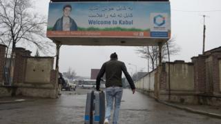 پناهجوی بازگردانده شده از آلمان به کابل (عکس از بایگانی)